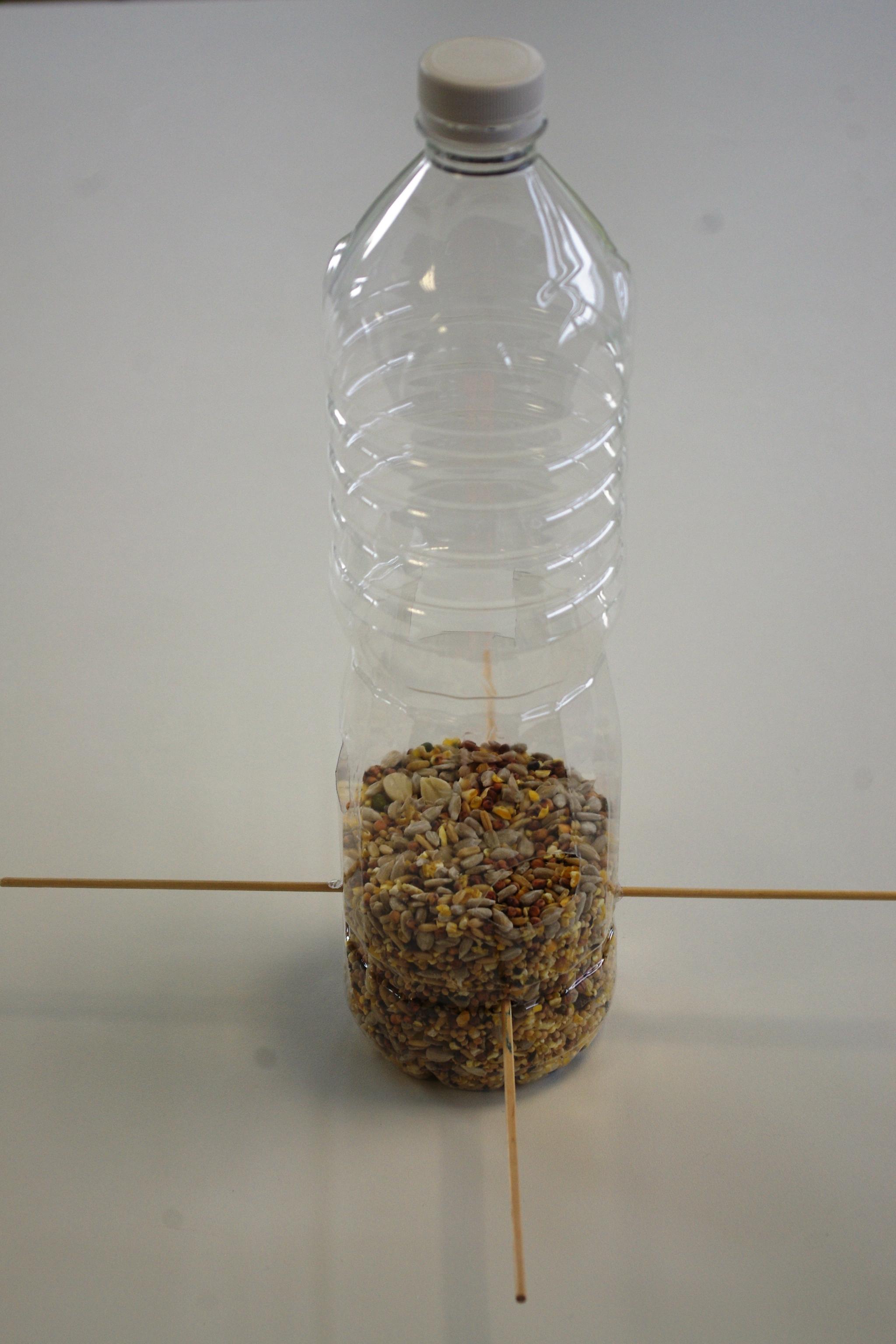 Comment fabriquer une mangeoire oiseau recyclable - Mangeoire a oiseau ...